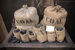 Houtskool in weinig katoenen zakken stock afbeelding