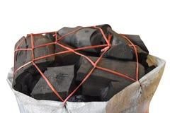 Houtskool in witte zak en geïsoleerd op witte achtergrond met klem stock afbeeldingen