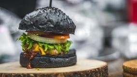 Houtskool Zwarte Hamburger met Vleeslapje vlees royalty-vrije stock afbeelding