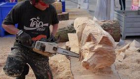 Houtsnijwerk bij beeldhouwwerkfestival stock videobeelden