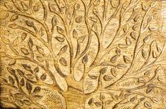 Houtsnijwerk van een boom met bladeren die natuurlijk bleek gekleurd hout gebruiken Stock Foto