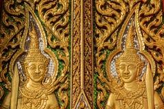 Houtsnijwerkdeur met gebrandschilderd glas in de tempel wordt verfraaid die Royalty-vrije Stock Afbeeldingen