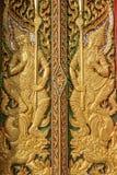 Houtsnijwerkdeur met gebrandschilderd glas in de tempel wordt verfraaid die Royalty-vrije Stock Fotografie