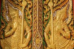 Houtsnijwerkdeur met gebrandschilderd glas in de tempel wordt verfraaid die Stock Foto's