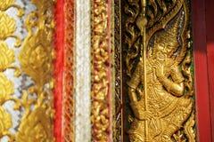 Houtsnijwerkdeur met gebrandschilderd glas in de tempel wordt verfraaid die Royalty-vrije Stock Foto's