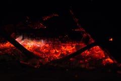 Houtsteenkool in open haard Stock Afbeeldingen