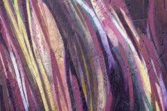 Houtvezelplaat met purpere gele witte en roze vlotte lijnen Ruwe Oppervlaktetextuur stock foto's