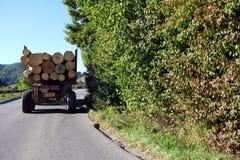 Houtvrachtwagens op een bergweg Royalty-vrije Stock Afbeeldingen