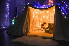 Hovel dekorujący z girlandą dla dziecka ` s przyjęcia obraz stock