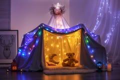 Hovel dekorujący z girlandą dla dziecka ` s przyjęcia zdjęcie royalty free