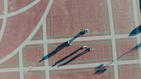 Hoverboard-Kerlfahrt auf das Quadrat stock video footage