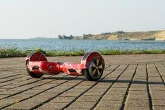 Hoverboard que fica no passeio na manhã Fotografia de Stock