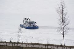 Hovercraft διάσωσης στον πάγο του παγωμένου ποταμού στοκ εικόνες