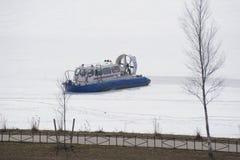 Hovercraft διάσωσης στον πάγο του παγωμένου ποταμού στοκ φωτογραφία με δικαίωμα ελεύθερης χρήσης