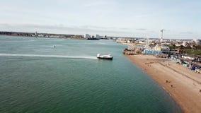 Hovercraft που προσγειώνεται στην παραλία Southsea, Πόρτσμουθ, UK απόθεμα βίντεο