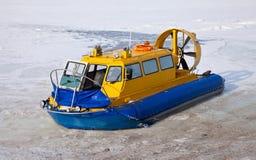 Hovercraft op de bank van een bevroren rivier Stock Afbeeldingen