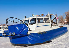 Hovercraft op het ijs van de bevroren Volga Rivier in Samara Stock Afbeeldingen