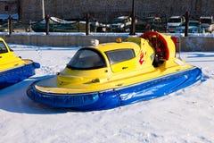 Hovercraft op het ijs van de bevroren Volga Rivier in Samara dichtbij t Royalty-vrije Stock Fotografie
