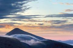 Hoverla berg i dimman Arkivbild