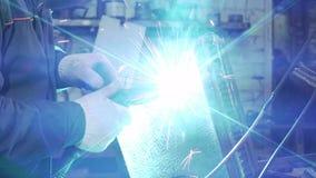 Hovslagare Holding Welding Machine för svetsande detaljer arkivfilmer