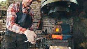 Hovslagare på arbete med den elektriska hammaren, glödhett stål, hantverk stock video