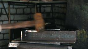 Hovslagare på arbete med den elektriska hammaren nära städet, hantverk arkivfilmer