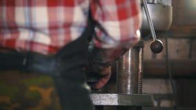 Hovslagare på arbete med maskinen för elektrisk drillborr, hantverk lager videofilmer