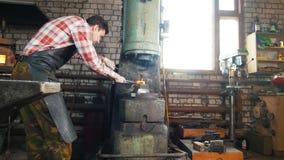 Hovslagare på arbete nära städet, glödhett stål, hantverk lager videofilmer