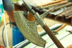 Hovslagarefestival av hantverk, yxor, knivar, mynt, souvenir och annat gods, gatautställning av att förfalska metall royaltyfri fotografi