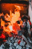 Hovslagarekol som bränner för järnarbete Arkivfoton