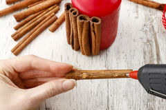 How to make candle decorated with cinnamon sticks - tutorial Royalty Free Stock Photos