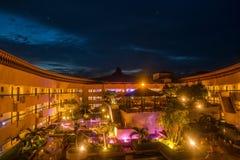 Howard Beach Gardens Resort Hotel på nätterna Royaltyfri Fotografi