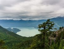Howe Sound风景看法从海的天空长平底船的在Squamish,不列颠哥伦比亚省 免版税库存照片