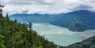 Howe Sound风景看法从海的天空长平底船的在Squamish,不列颠哥伦比亚省 免版税库存图片