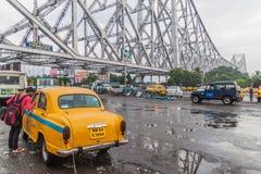 HOWRAH, ÍNDIA - 27 DE OUTUBRO DE 2016: Vista da ponte de Howrah, ponte suspendida do período sobre o rio de Hooghly em Bengal oci foto de stock