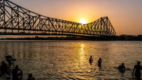 Howrah bro på den tiden av soluppgång arkivbilder