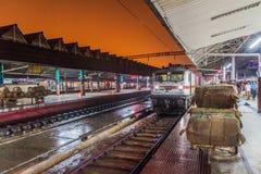 HOWRAH INDIEN - OKTOBER 27, 2016: Ottasikt av den Howrah föreningspunktjärnvägsstationen i Indi royaltyfri bild