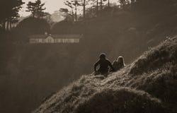 Howth, κομητεία Fingal, Ιρλανδία - ζεύγος σε έναν λόφο στοκ φωτογραφίες