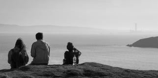 Howth, contea Fingal, Irlanda Vista scenica luminosa di pomeriggio della costa di Dublino su un afternnoon nebbioso Fotografie Stock