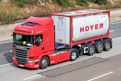Hoyer-LKW auf Autobahn stockfoto