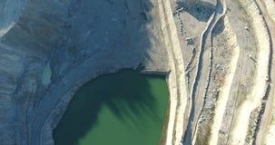 Hoyo abierto abandonado de la explotación minera almacen de metraje de vídeo