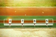 Hoyo de arena del salto de longitud del atletismo con las marcas Fotos de archivo