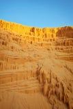 Hoyo de arena hermoso con las líneas en la arena de oro Imagen de archivo libre de regalías