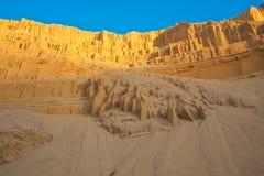 Hoyo de arena hermoso con las líneas en la arena y el cielo azul Fotos de archivo