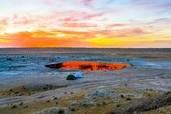 Hoyo 14 del cráter del gas de Darvaza fotos de archivo
