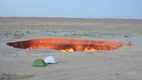Hoyo del cráter del gas de Darvaza almacen de metraje de vídeo
