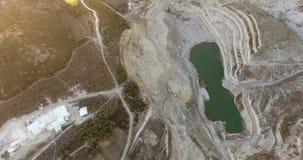 Hoyo y lago de la explotación minera de Abonded metrajes