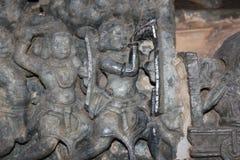 Hoysaleshwara寺庙使用望远镜的墙壁雕刻一个人在战争领域 库存照片