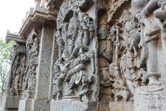 Hoysaleshwara雕刻在其他一墙壁雕刻后的寺庙墙壁 免版税库存图片
