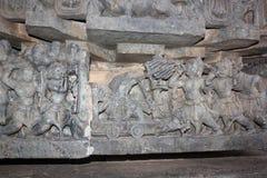 Hoysaleshwara雕刻寺庙的墙壁描述使用箭头和望远镜的战士的古老战争场面 图库摄影